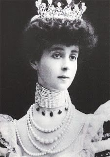 Consuelo Vanderbilt of the famous Gilded Age Vanderbilt family - pictured here wearing her Pearl Choker, which was purported to have originally belonged to Catherine the Great of Russia and then Empress Eugenia of France. Royal Jewels, Crown Jewels, Poor Little Rich Girl, Diamond Dogs, Catherine The Great, Diana Vreeland, Gilded Age, Edwardian Era, Royal Families