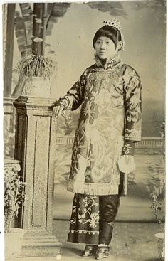 Vintage print, China c. Old Pictures, Old Photos, Vintage Photos, Snow Flower, Asian History, Chinese Clothing, Ancient China, Qing Dynasty, Chinese Culture