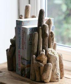 愛らしく丸く削れた流木を組み合わせたブックエンド。  流木を組み合わせて考える時間も、心癒される一時。