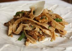 Le tagliatelle in salsa di noci si preparano tostando le noci in padella per poi, una volta raffreddate, tritarle con aglio e prezzemolo a cui aggiun...