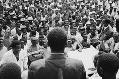 Mitin político de la primera campaña electoral en Guinea Ecuatorial tras la independencia de España. Parece mACÍAS DE ESPALDAS.