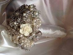 Bridesmaids #pearl #broochbouquet