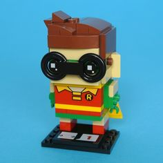 The LEGO Batman Movie is packed with comical depictions of familiar characters and the first wave of BrickHeadz sets includes four figures based on the film. 41587 Robin stands out among the heroes as a result of his prominent glasses, striking hair style and flamboyant attire so I have been eager to take a closer look at the model. I think the Robin minifigure is one of the best in The LEGO Batman Movie range and hope to be similarly impressed by this set.
