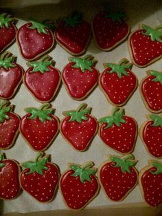 strawberry sugar cookies Strawberry Art, Strawberry Shortcake Party, Strawberry Cookies, Fruit Cookies, Cut Out Cookies, Cookie Desserts, Iced Biscuits, Cookie Flavors, Summer Cookies