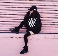 been collecting inspiration images for a long time now. thought id share my inspo folder (mostly monochrome, oversized tops and nice hair) - Album on Imgur