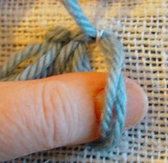 Sewing a rug by hand - rya knot with needle Rya Rug, Punch Needle, Lana, Weaving, Carpet, Wool, Crafts, Diy Rugs, Friendship Bracelets