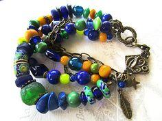 Multi-rangs de perles ethniques, tons vert et bleu marine, apprêts et breloques  en bronze.