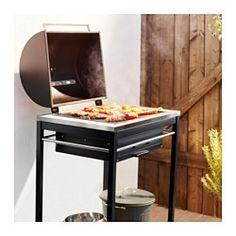 IKEA - KLASEN, Gril na drevené uhlie, Vďaka vstavanému teplomeru na kryte môžete počas grilovania sledovať teplotu bez zdvíhania krytu.Aby ste získali požadovanú teplotu grilu, nastavením vetracieho otvora z nehrdzavejúcej ocele na kryte a v prednej časti grilu môžete regulovať prúdenie vzduchu.Rošt je odolný a nehrdzavie, pretože je vyrobený z vysoko kvalitnej nehrdzavejúcej oceli.Popolník možno vytiahnuť, takže popol po grilovaní jednoducho odstránite.Spodná polica je vyrobená z…