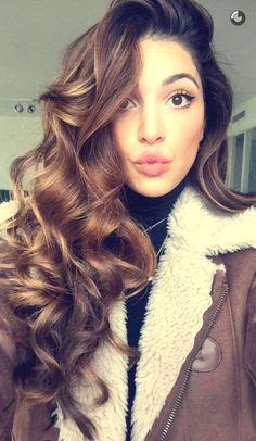 Cheveux longs bouclés bruns