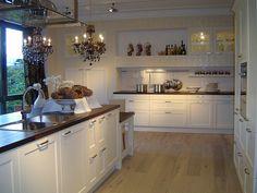 Una cocina de diseño clásico, alejado del minimalismo, que combina perfectamente con electrodomésticos de última generación