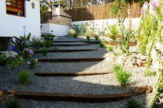 Proyecto de jardin con desniveles. Traviesas de tren