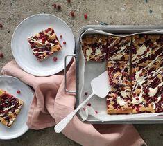 Tahmeat puolukka-valkosuklaapalat | Jälkiruuat, Makea leivonta | Soppa365 French Toast, Cereal, Sweets, Candy, Baking, Breakfast, Recipes, Food, Desserts