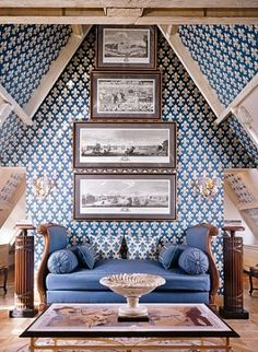 blue and white cozy bedroom in an attic space - upholstered daybed, French fleur-de-lis motif on walls and century engravings - Juan Pablo Molyneux in Paris, Photo: Marina Faust Attic Apartment, Attic Rooms, Attic Spaces, Parisian Apartment, Upholstered Daybed, Kids Bedroom Designs, Design Bedroom, Interior And Exterior, Interior Design