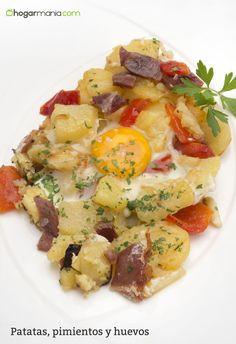 Karlos Arguiñano prepara una receta de patatas con pimiento rojo, cebolleta, jamón serrano y huevo, un plato sencillo, económico y rápido de preparar.