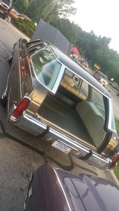 1973 Oldsmobile Custom Cruiser with clamshell tail gate