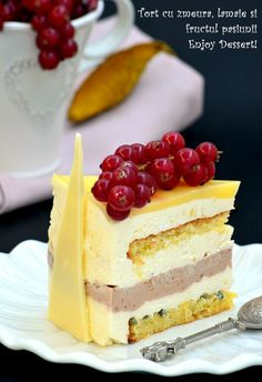 Cake with raspberry, lemon, and passion fruit. Beautiful Cakes, Amazing Cakes, Duck Breast Recipe, Passion Fruit Cake, Just Cakes, Food Cakes, Pavlova, Something Sweet, Yummy Cakes