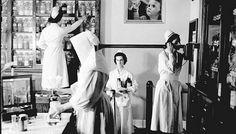 Sur cette photo datant de 1944, une religieuse des Filles de la Sagesse est entourée de trois infirmières dans la pharmacie de l'hôpital Sainte-Justine, à Montréal. Photo Souvenir, Montreal Ville, Still Standing, Old Pictures, Vintage Photos, Marie, 8 Mars, Backdrops, Photography