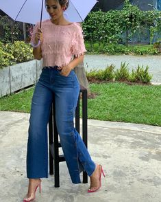 La imagen puede contener: 1 persona, de pie, exterior y naturaleza 70s Inspired Fashion, I Love Fashion, Fashion Pants, Girl Fashion, Fashion Outfits, Womens Fashion, Dress Outfits, Casual Outfits, Blazer With Jeans