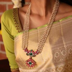 Check out the necklace designs you should own if you love silk sarees! Antique Jewellery Designs, Gold Jewellery Design, Bead Jewellery, Pearl Jewelry, Bridal Jewelry, Silver Jewelry, Silver Ring, Silver Earrings, Temple Jewellery