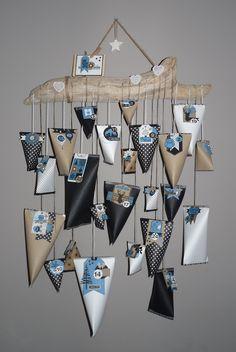 Noël se prépare doucement et pour commencer voici un calendrier de l'Avent. J'ai réalisé des berlingots de différentes tailles dans du bazzill noir, kraft, imprimé et blanc. Je les ai fermés avec du masking tape, confectionnés pour chacun une étiquette...