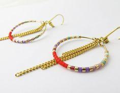 Boucles d'oreilles délicates et ethniques chic - Boucles d'oreilles dorées et perles de verre multicolores .