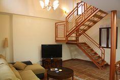 Salón con barra americana, televisión de 42 pulgadas y sofá con cheslong www.elballito.com