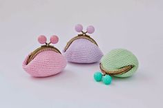 Handbags, purses and crocheted purses will be the protagonists of our article today. If you feel nostalgia for these gorgeous crochet purses and you have some free time, you should try to make this. Diy Crochet And Knitting, Bead Crochet, Crochet Gifts, Love Crochet, Crochet Stitches, Crochet Designs, Crochet Patterns, Crochet Coin Purse, Diy Accessoires