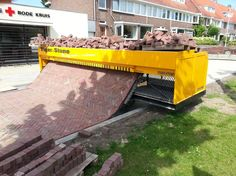 An incredible brick laying machine. Unforgettable Photos You've Never Seen Before. How To Lay Carpet, Laying Carpet, Brick Laying, Laying Pavers, Block Paving, Brick Pavers, Brick Pathway, Brick Road, Paving Stones