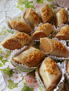 Skandraniettes aux cacahuètes (ghribiyet el warka) - Tee Gebäck - Petit Fours - Arabic Dessert, Arabic Sweets, Arabic Food, Desserts With Biscuits, Cookie Desserts, Cookie Recipes, French Macaroon Recipes, Tunisian Food, Algerian Recipes