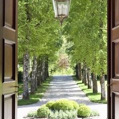 28 great ideas for driveways to impress your guestsOriginal metal entrance gate entrance gate entrance gate decorhomeideasThe garden of the creeping Fig-Robert Courturier in Connecticut - so breathtaking!The garden of the creeping Fig-Robert Beautiful Gardens, Beautiful Homes, Dream Garden, Home And Garden, Tree Lined Driveway, Circle Driveway, Architecture Design, Landscape Architecture, Garden Landscaping