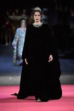 Dolce & Gabbana Alta Moda 2019 Milano Fashion Show Dark Fashion, Fashion 2020, Runway Fashion, Fashion Brands, High Fashion, Fashion Show, Fashion Design, Fashion Women, Dolce & Gabbana