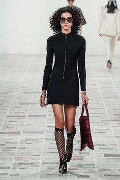 Christian Dior Fall 2020 Ready-to-Wear Fashion Show Collection: See the complete Christian Dior Fall 2020 Ready-to-Wear collection. Look 53 Christian Dior, Zac Posen, Fashion Weeks, Vogue, Style Année 60, Short Sleeve Dresses, Dresses With Sleeves, Fashion Show Collection, Paris