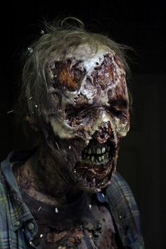 In S6 of #TheWalkingDead, walkers are getting real gooey; in #FearTheWalkingDead (Sunday!) they're still almost human