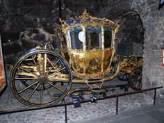 This looks like a crown kind of. Obviously it's a royal carriage.