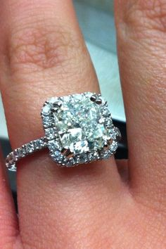 My Engagement Ring <3   Gorgeous!! 3.1 carats, 7 diamonds on each side, and 18 diamonds around the center diamond :))