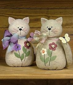 Here Kitty Kitty - Wool Felt, Felt Appliqué Countryside Craft PATTERN gatinhos peso de porta Here Kitty Kitty - Wool Felt, Felt Appliqué Countryside Craft PATTERN, Make to look as much like your cats as possible, stuff with herbs that are protective and Sewing Toys, Sewing Crafts, Sewing Projects, Felt Fabric, Fabric Dolls, Cat Crafts, Felt Cat, Country Crafts, Felt Applique