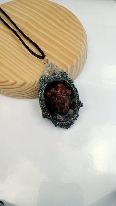 Collar en base de camafeo realizado en resina, con figuras de halloween modeladas totalmente a mano en arcilla polimérica (fimo). Cordón suave (cola de ratón) y cierre anti alérgico en forma de mosquetón. Corazón anatómico en camafeo negro y blanco, colgante de 5 x 9 cm, 36 cm de