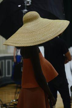 сцены огромная шляпа в горле отдается