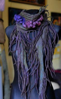 Love these glorious colours and the details on this felt scarf. Nuno Felting, Needle Felting, Nuno Felt Scarf, Felted Scarf, Felted Wool, Felt Art, Fabric Art, Felt Crafts, Handarbeit