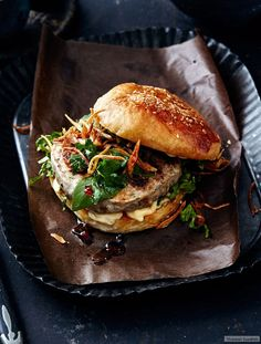 Thai burger recipe- Coriander, chilli and sesame oil give the pork mince an exotic twist. On top: Thai basil and roasted shallots. Vege Burgers, Pizza Burgers, Gourmet Burgers, Burger Co, Burger Party, Burger Buns, Hamburgers, Crazy Burger, Gastronomia