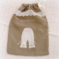 """Pochon en lin taupe brodé """"culotte de grand-mère"""" : Textiles et tapis par lolitarose"""