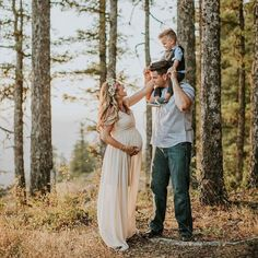 This mama of boys wanted to feel like a princess in her maternity photos and we think she looked the part! See all of this family's sweet session #onIBTtoday! (Link in profile Photo: @dawn_photo Flower crown: @gypsyblueflorals Hair & Makeup: @artistryrein