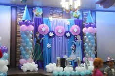 Frozen theme party, Frozen theme party images, Frozen party for girls, Ideas to decorate a Frozen party with balloons, simple decoration for a girl's Princess Party Decorations, Birthday Party Decorations, Party Themes, Frozen Themed Birthday Party, Disney Frozen Birthday, Frozen Disney, Frozen Backdrop, Frozen Princess Party, Frozen Party Invitations