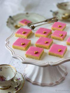 Klassiset bebe-leivokset ovat sulostuttaneet kahvihetkiä jo isoäitien aikaan. Perinteiset bebet näperretään yksitellen erillisiin leivosvuokiin, mutta tässä valmistamista on nopeutettu tekemällä iso bebe-levyllinen. Näin kerralla valmistuu 50 pikkuneliötä, joista nautiskelee isompikin juhlaväki. Tämä ohje saattaa olla joillekin lehdestä tuttu, sillä se julkaistiin Kinuskikissan leivontakoulussa Unelmien Talo&Koti -lehdessä tammikuussa. Vinkit: Jos haluat koristella leivokset nonparelleill...