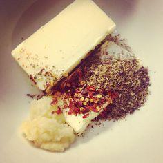 Pittige Knoflookboter Recept - I am Cooking with Love Een lekker pittige knoflookboter. Heerlijk gesmolten onder de grill maar kan ook zo gesmeerd worden op een broodje.