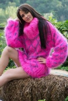 Mohair, piss and much more. Fluffy Sweater, Mohair Sweater, Thick Sweaters, Sweaters For Women, Gros Pull Mohair, Red T, Knitwear Fashion, Women's Fashion, Angora