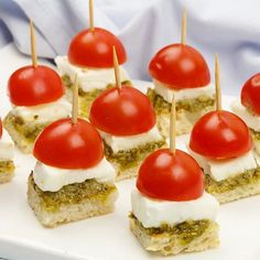 🌟Tante S!fr@ loves this📌🌟Mini caprese hapjes Good Healthy Recipes, Healthy Snacks, Snack Recipes, Tapas Buffet, Tea Sandwiches, Snacks Für Party, High Tea, Clean Eating Snacks, Finger Foods