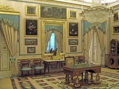 En el Real Sitio y Villa de Aranjuez, a muy pocos kilómetros de Madrid, a la orilla del Tajo, se levanta este precioso palacio, una de las r...