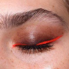 neon eyeliner make-up tutorial Edgy Eye Makeup, Creative Eye Makeup, Makeup Eye Looks, Unique Makeup, Eye Makeup Art, Colorful Makeup, Rot Eyeliner, No Eyeliner Makeup, Skin Makeup