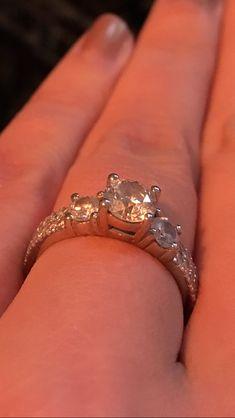 Engagement ring (Förlovningsring) 1,77ct  #weddingring #wedding #engagement #engagementring #engagement #proposalring #diamonds #diamondring #wedding #happywifehappylife #love #bestgiftever #bestgift #bröllopsring #förlovningsring #vigselring #bröllopsinspiration #diamantring #flerstensring #blingbling #diamant